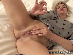 lady sonia masturbates